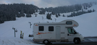 photo de camping-car aux sports d'hiver